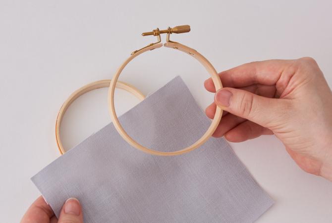 内側の枠、布、外側の枠の順に重ねます