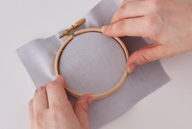 外側の枠を押して布を挟みこみます
